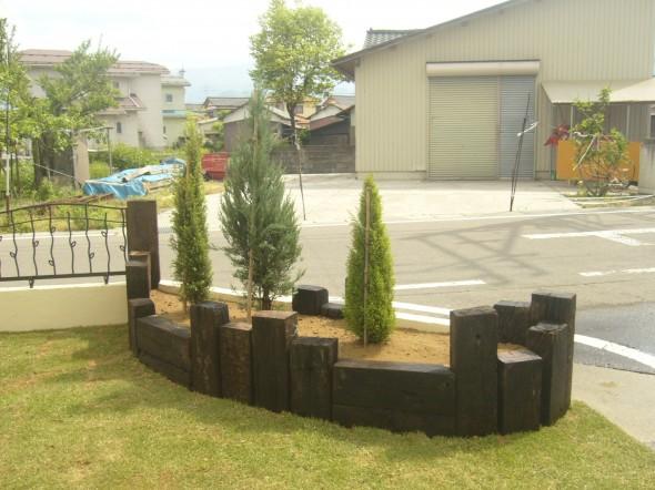塗り壁と枕木でリズミカル花壇/大野市T様邸