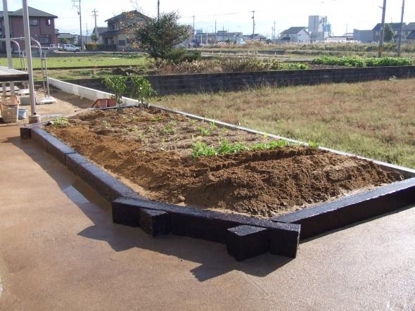 ピンコロと枕木で花壇・菜園に統一感/福井市H様邸