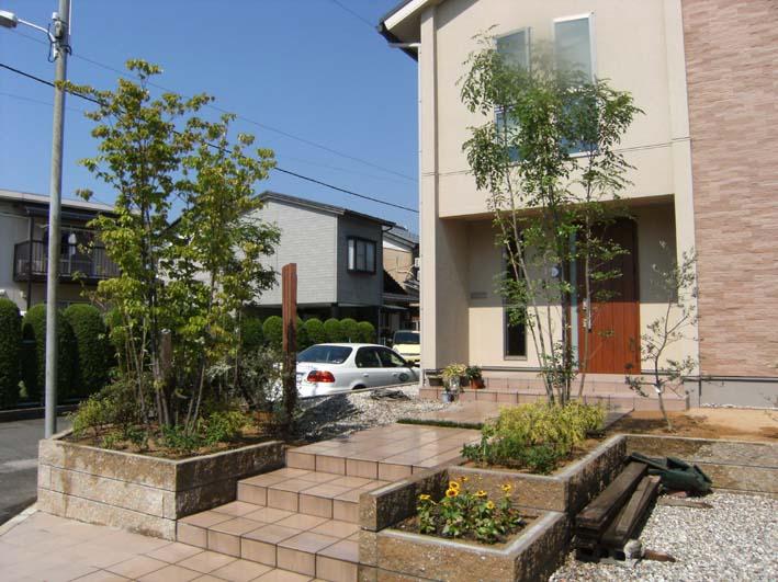 緑あふれる玄関アプローチ/敦賀市O様邸
