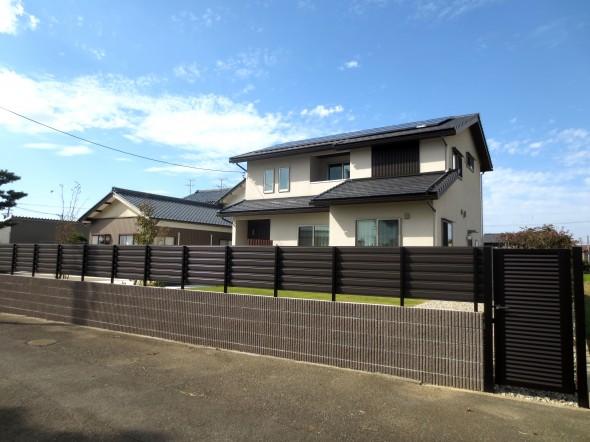 ブルーの門壁の映えるアプローチ/坂井市M様邸