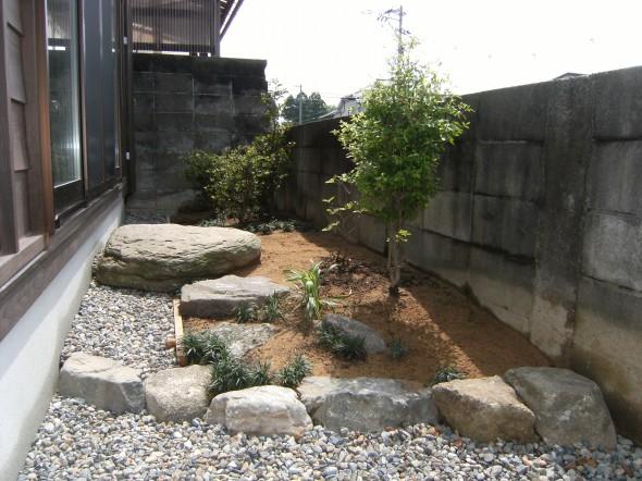 枕木とタマリュウの見せる駐車スペース/福井市M様邸