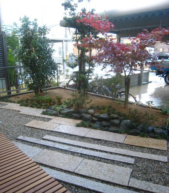 モミジが映えるみかげ延べ石の庭/福井市T様邸