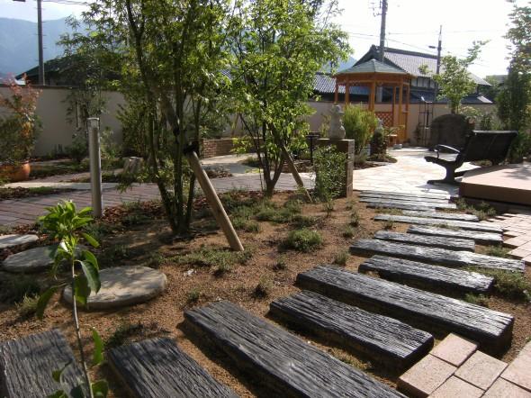 雑木林の木漏れ日の中を歩くお庭/永平寺S様邸