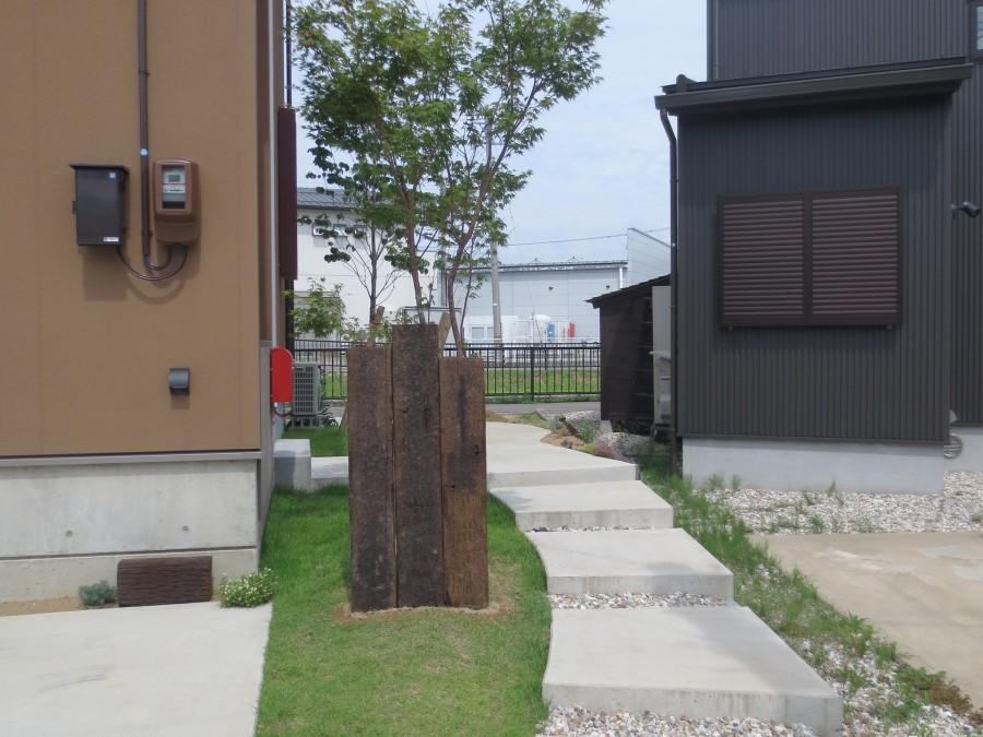 ステップアプローチに映える芝生の緑/福井市T様邸