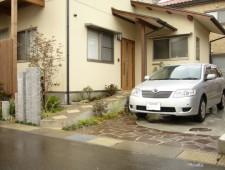自然石乱貼りで駐車場もお庭に/福井市N様邸