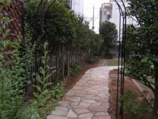 バラアーチと石貼のアプローチ/福井市K邸