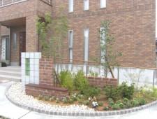 ソリッドブロックのフロントガーデンに映える緑/福井市K様邸