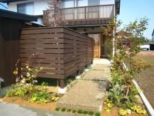 緑に包まれるアプローチ/福井市M様邸