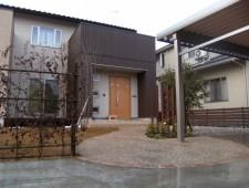 カーポート駐車場とフロント貼り芝ガーデン/福井市H邸