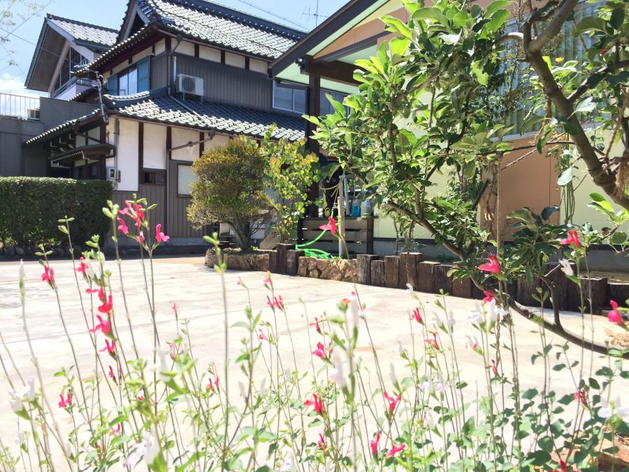 英虞湾ロッカリーと枕木の花壇/坂井市M様邸