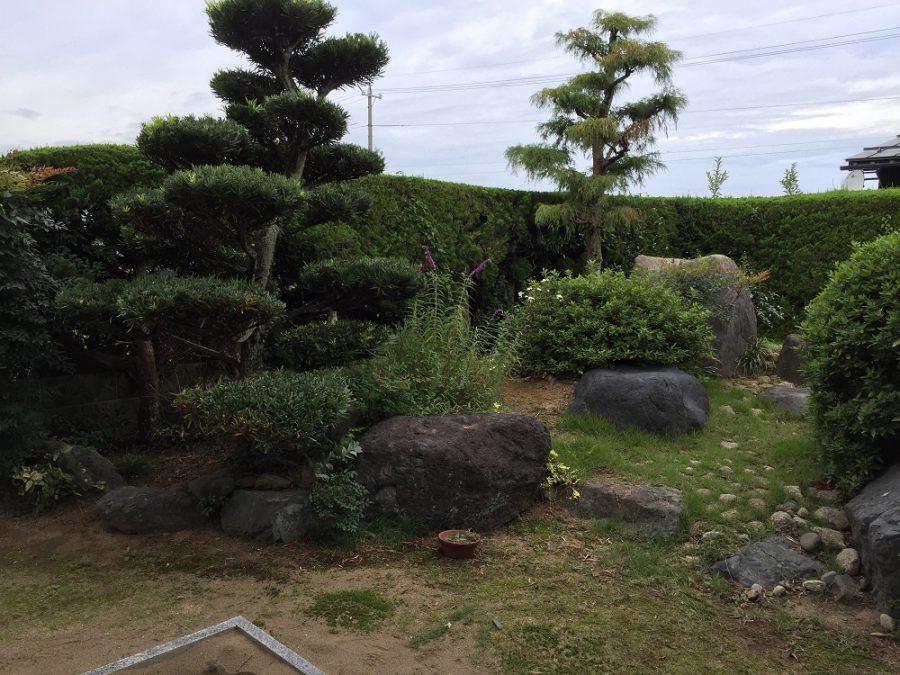 庭石のあるナチュラルガーデン 坂井市F様邸
